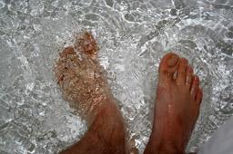 Простое закаливание: самодельный массажер для ног и «108 шагов по ручью»