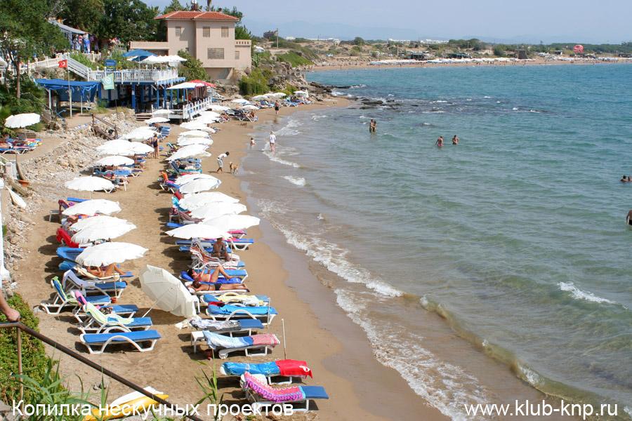 Песчаные пляжи в Сиде в Турции. Фото