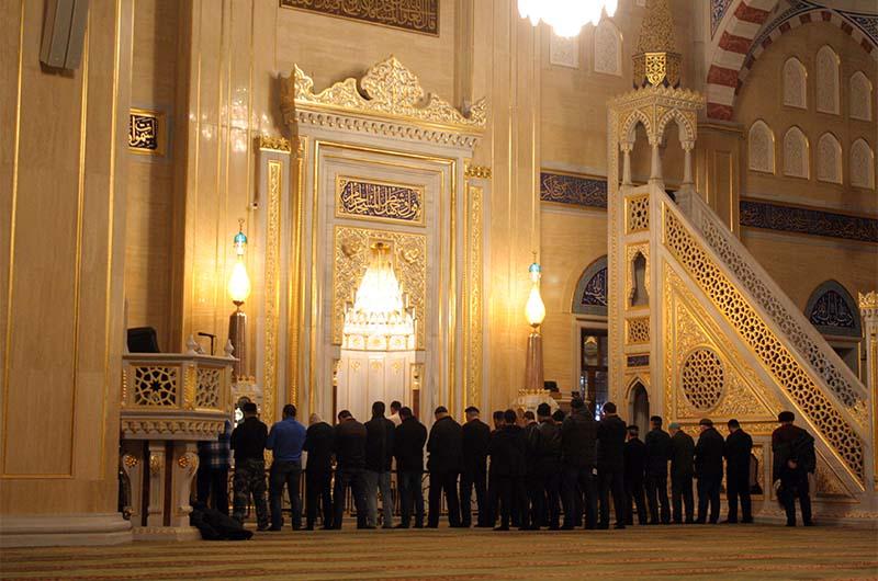 Обязательно посетите центральную мечеть. Самое идеальное – зайти туда во время молитвы.