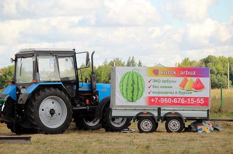 Фермерский трактор на бахче.