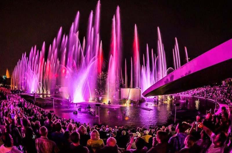Шоу поющих фонтанов в Олимпийском парке.
