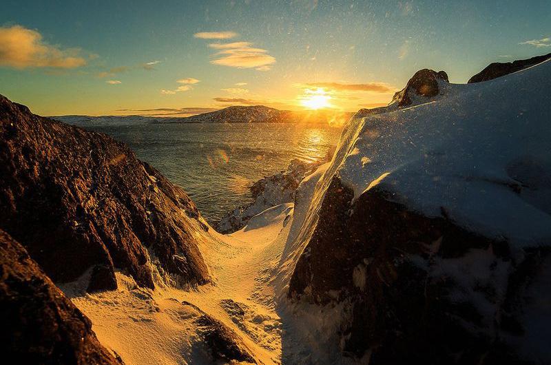 Замёрзший водопад, впадающий летом в Северный Ледовитый океан.